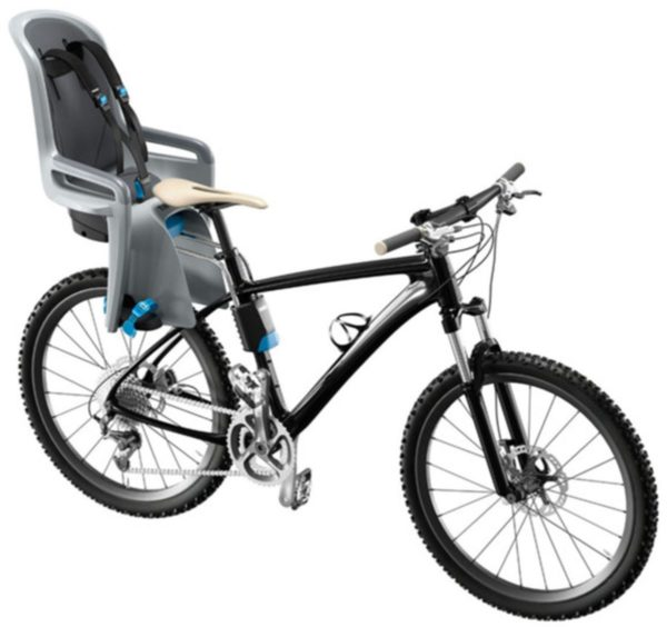 Thule Ride Along cykelstol vit bakgrund monterad på cykel